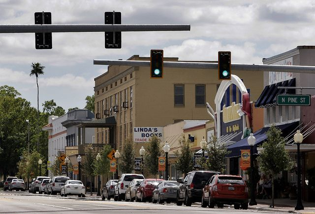 Things To Do In Sebring Fl >> A View Looking Up N Ridgewood Dr Toward Circle Park In Downtown