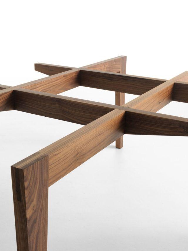 Ein eleganter designer esstisch mit glasplatte und for Holztisch mit glasplatte