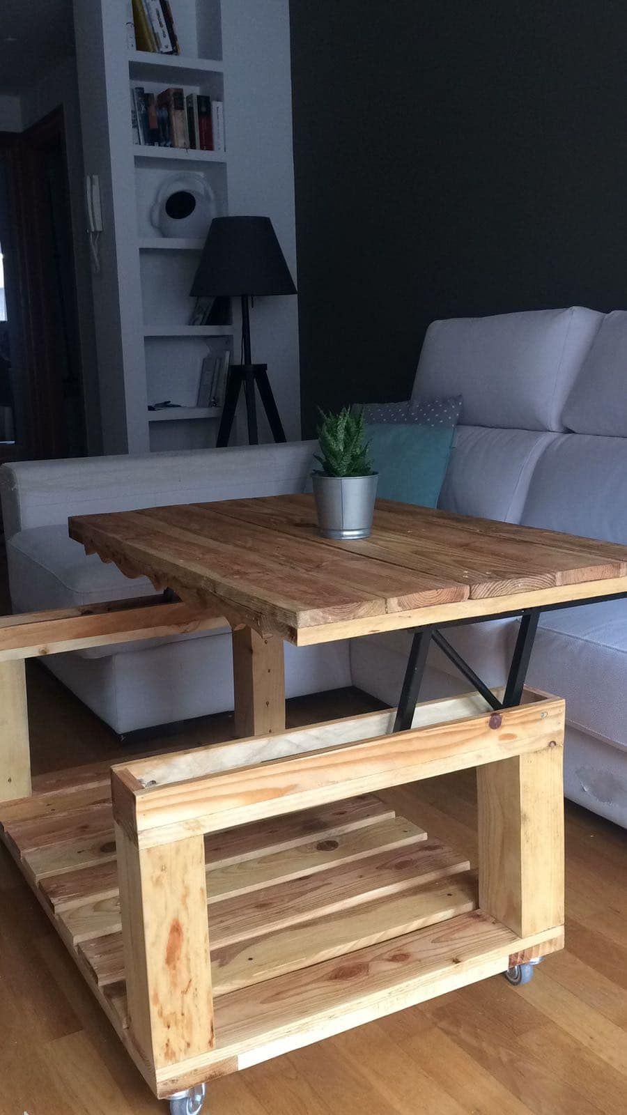 Una mesa elevable de palets para un salón | creative furniture ...