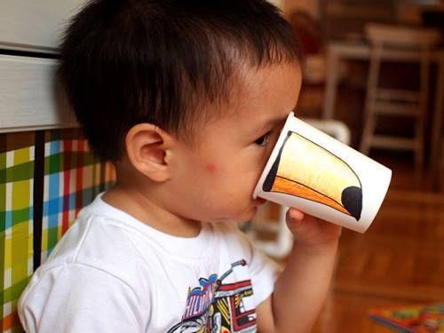 Manualidades con niños en vasos de papel dibujando picos trompas ...