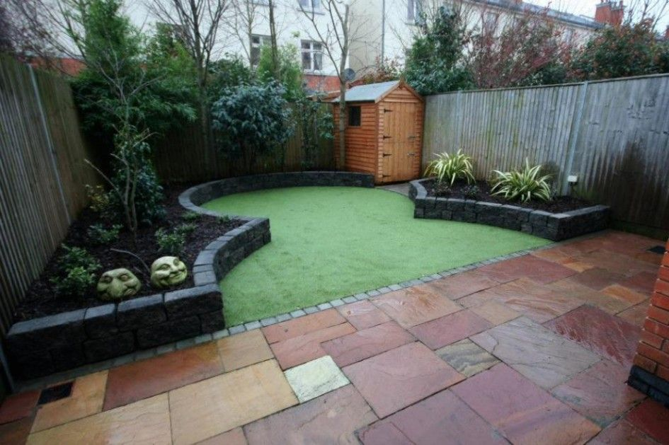 Narrow space garden with artificial grass small garden for Small courtyard landscaping ideas