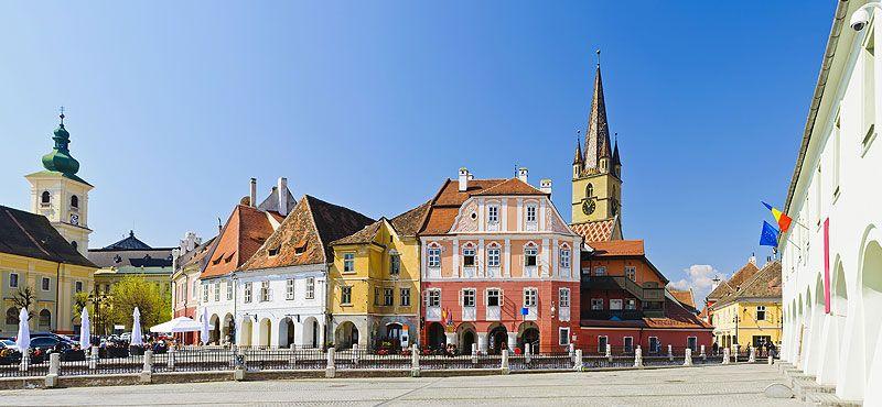 """Sibiu è una delle città più belle e turistiche della Romania grazie al suo particolare e unico patrimonio architettonico. Fondata nel 1190 dai Sassoni su un antico insediamento romano, chiamato """"Cibium"""", nella Regione della Transilvania, Sibiu era la più ricca delle 7 cittadelle murate e si trovava lungo la strada del commercio tra oriente e occidente. Nel 2007 è stata designata Capitale europea della Cultura."""