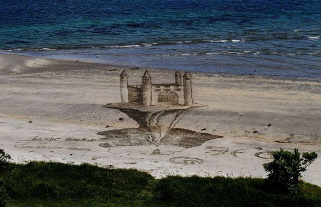 Jamie Harkins: Etkileyici 3D Plaj Sanatı - Sürrealist manzara resimleri ile tanınan Yeni Zellandalı sanatçı Jamie Harkins, tuval olarak kullandığı plajdan gerçek gibi görünen bu 3D görsel karelere imza atmış.