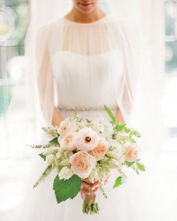 Garden roses, ranunculus, and blushing bride proteas kept thisMcKenzie Powellcreationa little bit unstructured.