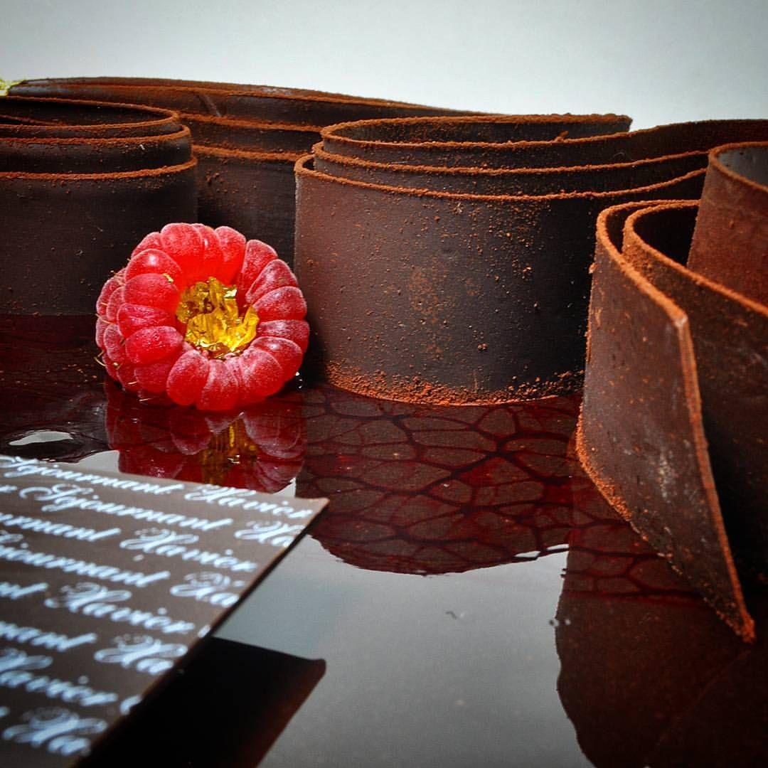 479 mentions J'aime, 2 commentaires – Pâtissier Chocolatier (@xaviersejournant) sur Instagram : «Finition des entremets choco framboise…»