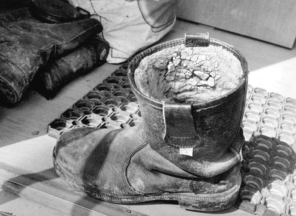 """Ralf W. Schmitz (Referent für Vorgeschichte): """"Mit diesem Stiefel verbinden mich ganz besondere Erinnerungen, denn ich trug das Paar bei der Wiederentdeckung und Ausgrabung der verloren geglaubten Fundstelle des Neandertalers im Neandertal. ...Damit hat dieser Stiefel eines der größten Abenteuer begleitet, dass einem Archäologen zuteil werden kann. [...]"""""""