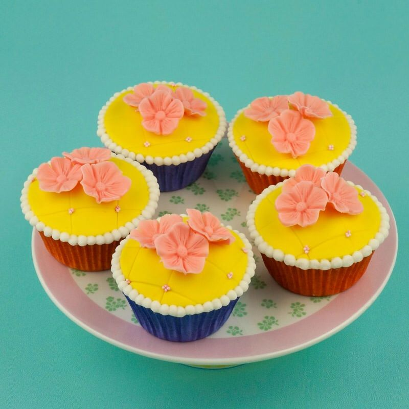 Luxe cupcakes, gevuld met huisgemaakte lemoncurd en afgewerkt met leuke decoratie van fondant... <3