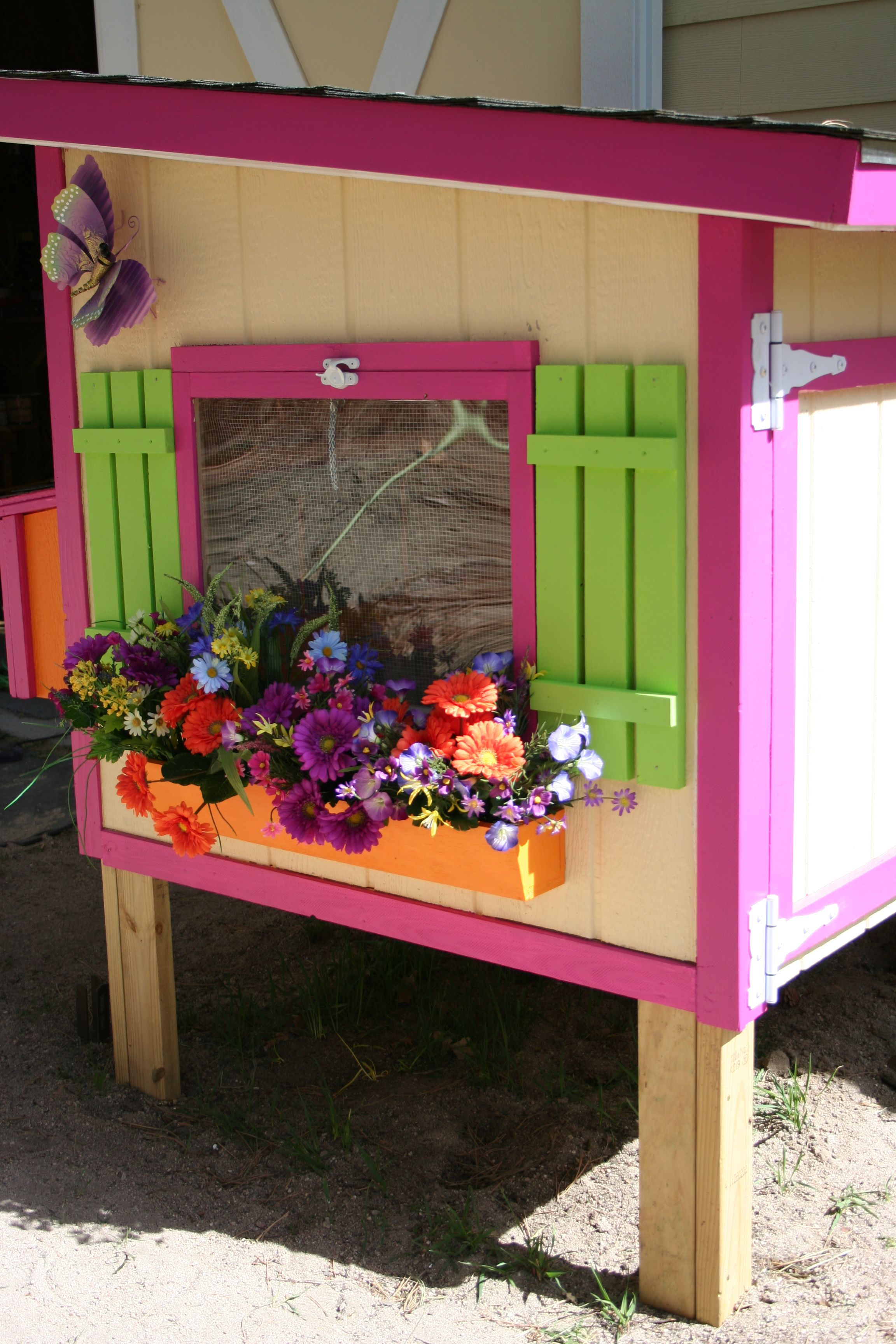 Bet Your Chicken Coop Isnt As Pretty As My Mamas Chicken Coop - Chicken co op with flowers