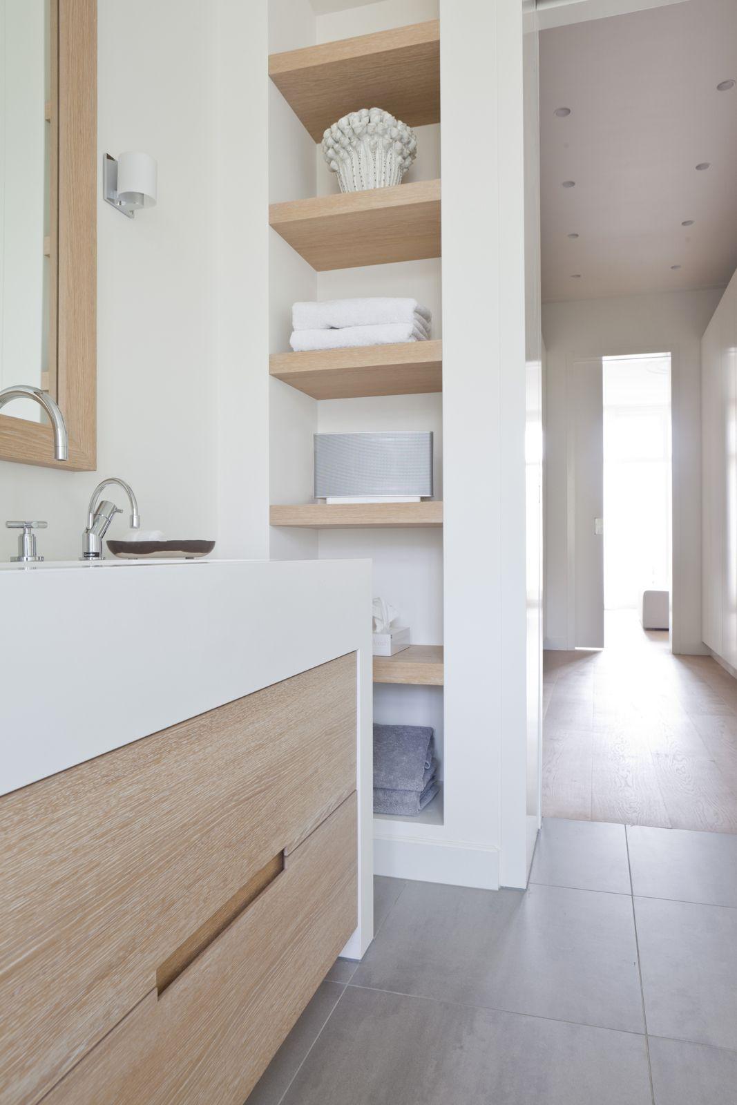 Carrelage Gris Meuble Bois minimaliste : niches blanches et bois. vasque blanche sur