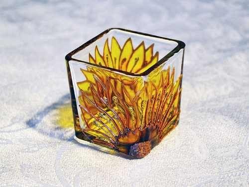 Novo Modelo: Porta Vela Girassol Feita à mão com tinta relevo e verniz vitral Em vidro com dimensões aproximadas de 5x5,3x5,5cm