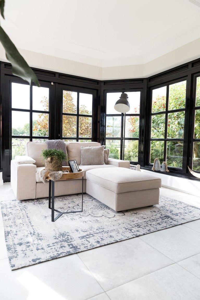 Woonhuis erker lichte bank zwarte kozijnen tapijt lichte tegels vloertegels wandtegels - Keramische inrichting badkamer ...