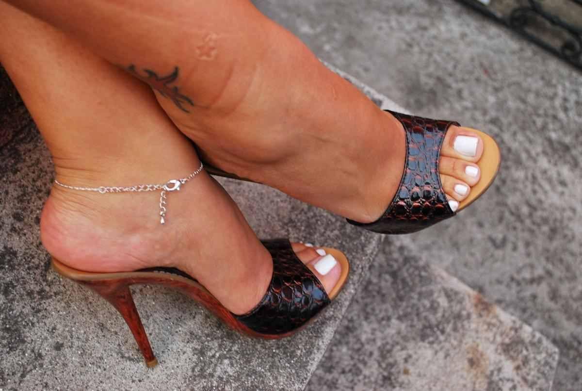Парад женских полных женских ног в босоножках фото