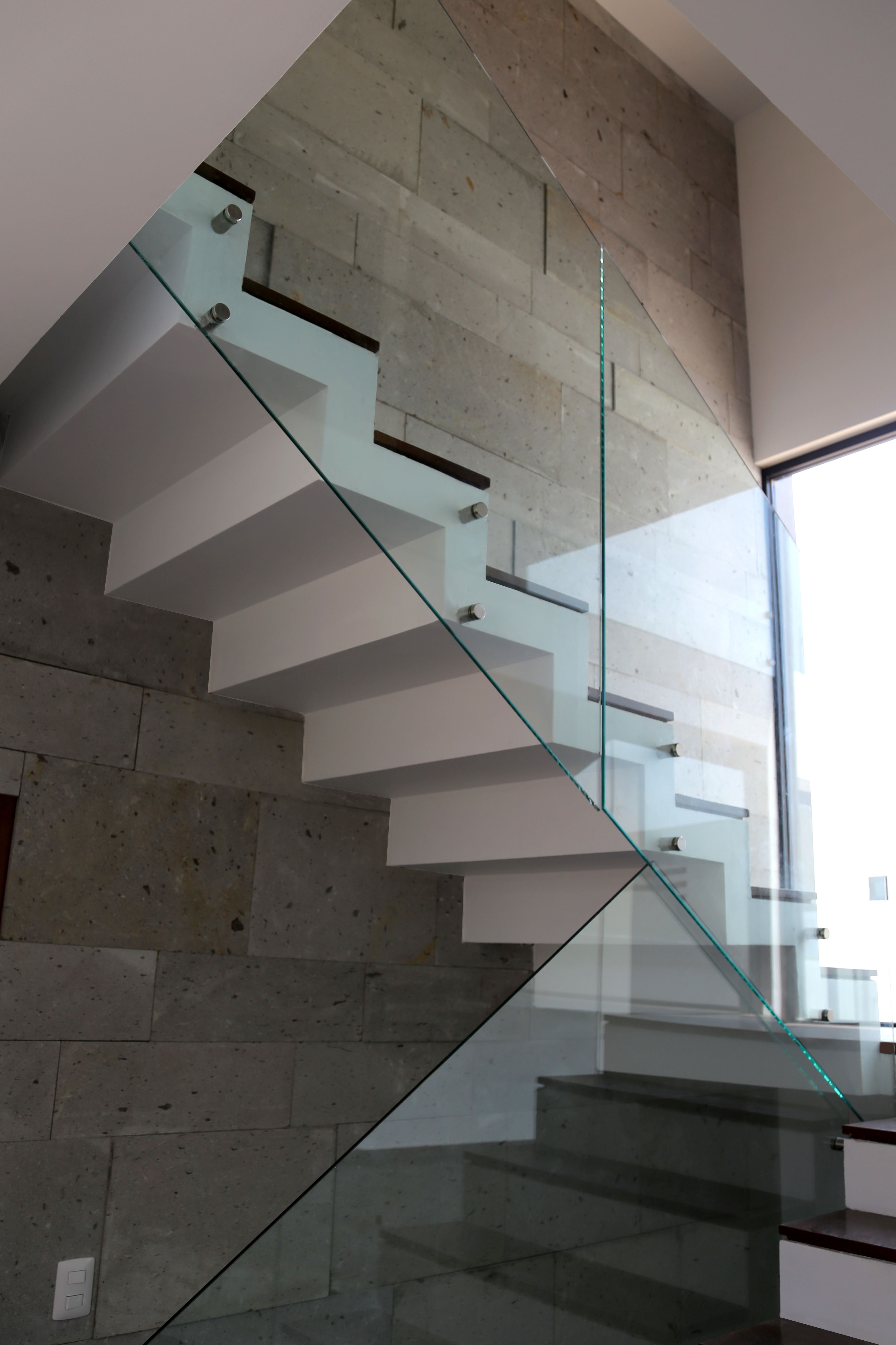 Escalera tipo papelillo y muros con cantera detalle de - Tipos de escaleras ...