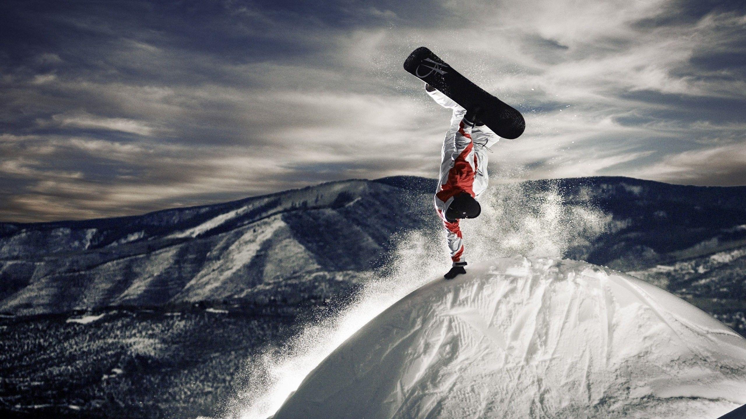 Download Wallpaper Snowboarder Stunt On Top Of A Mountain 2560x1440 Snowboarding Snowboarding Wallpaper Snowboard