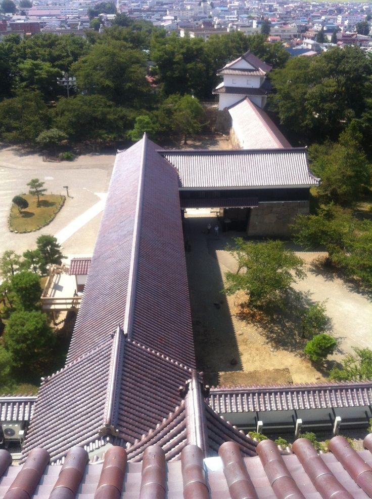 福島 会津若松の鶴ケ城で観光案内のお父さんが云うには、瓦の色を本来の赤い色に取り替えるのに坪単価700万円も掛かって、市民から顰蹙をかっているそうです…いくらなんでも高過ぎだと^^;