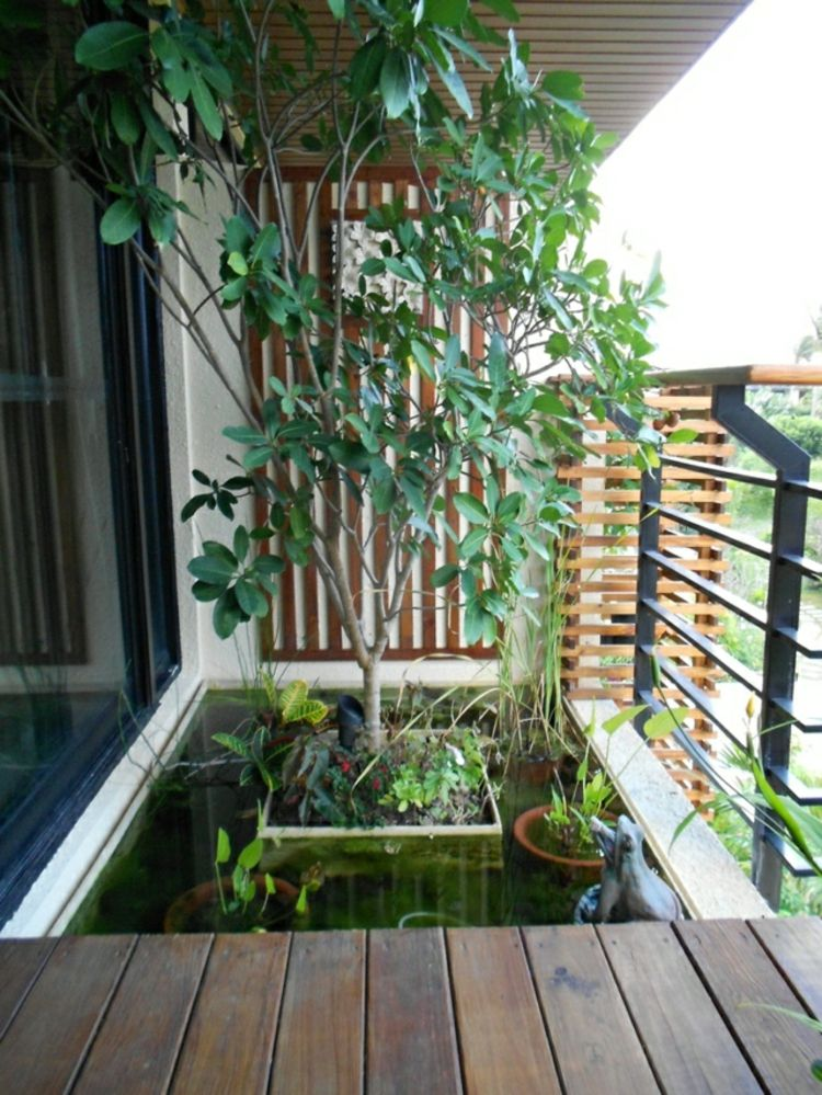 Balkon Wanddeko.Miniteich Für Den Balkon Baum Idee Geländer Parkett