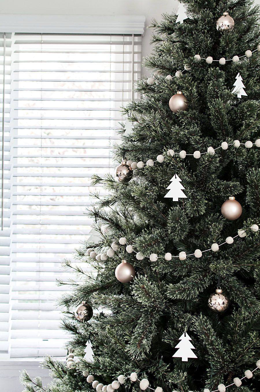 Christmas Tree Garland.Minimal Scandinavian Christmas Tree Christmas And Winter