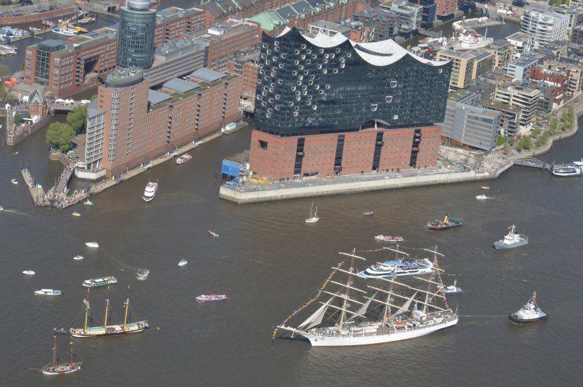 Die Elbphilharmonie Von Oben Ursprunglich Sollte Das Konzerthaus 2010 Hamburg Hamburg Hafen Schone Orte
