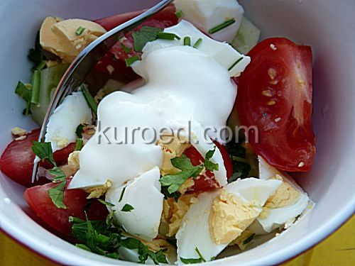 Салат из помидоров и огурцов с яйцами и зеленью