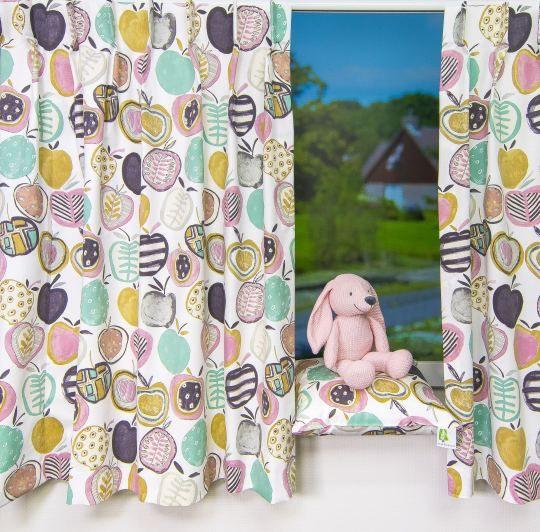 Een kindergordijn met appeltjesprint! De frisse kleuren ademen een ...