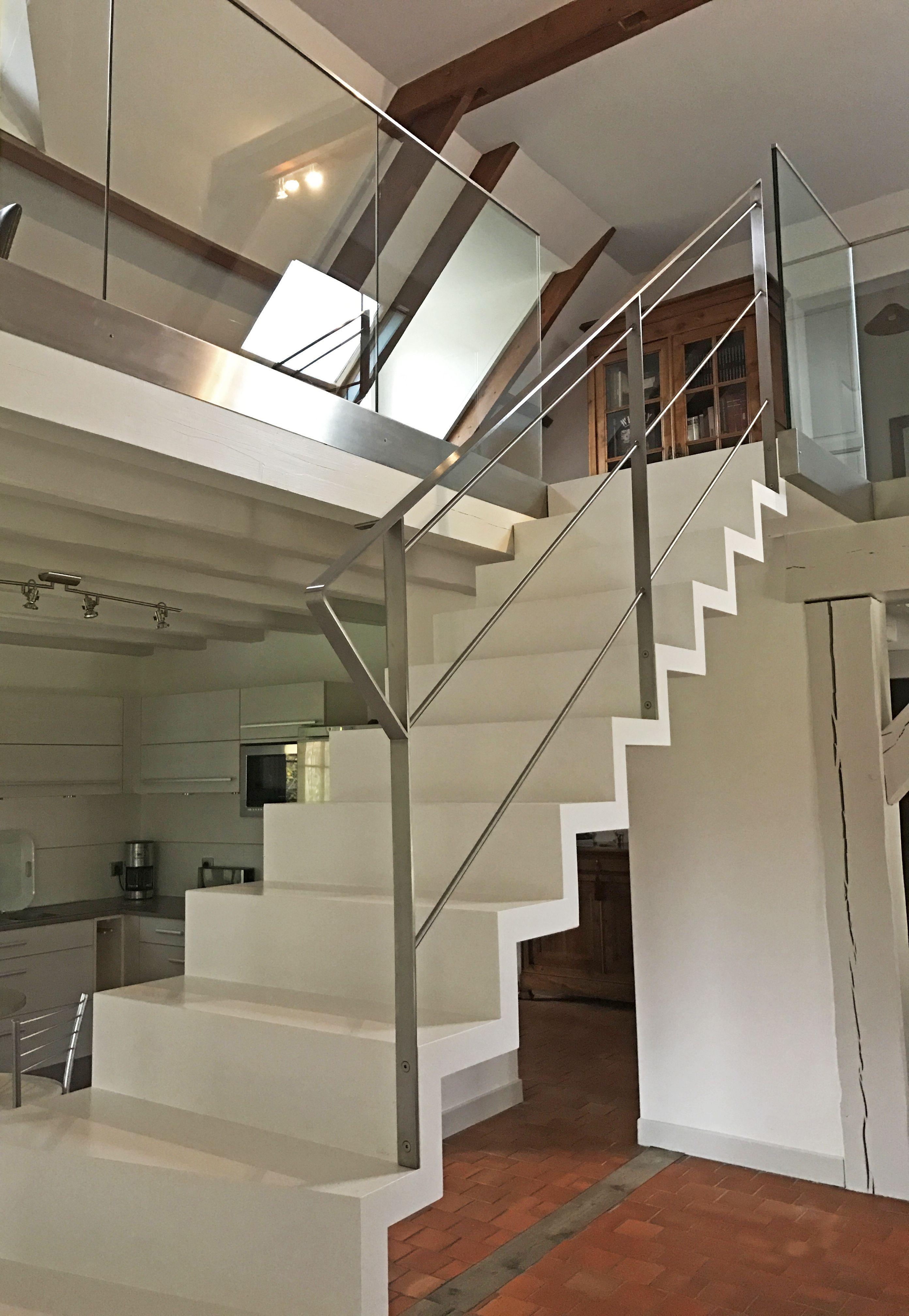 Escalier intérieur en bois peint en blanc. Escalier cascade ...