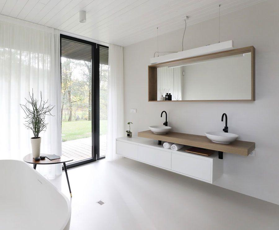 Moderne scandinavisch geïnspireerde badkamer met zwart wit en
