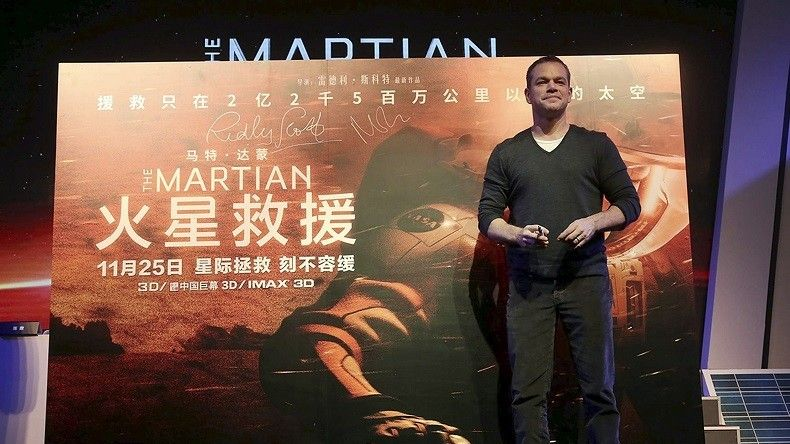 L'acteur principal Matt Damon, pose devant l'affiche du film à Pékin