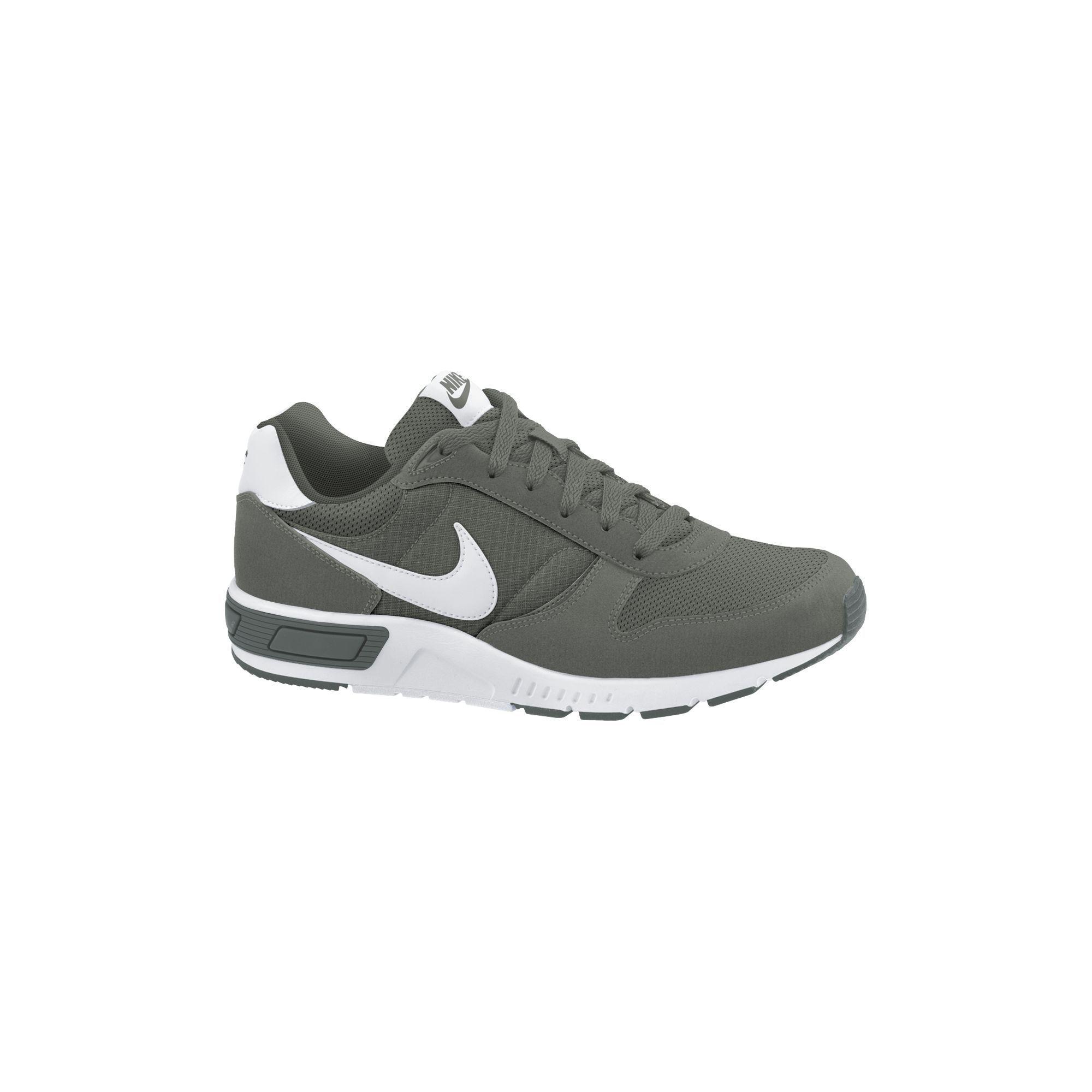 sports shoes fdcc0 5478a Deze Nike Nightgazer is een herensneaker in een retro-look.
