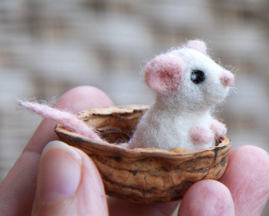 Im Herbst sammeln die Nüsse Mäuse. Weiß doch jeder. Natürlich müssen es kleine, artige Mäuse sein, die sich gut einsammeln lassen. Und dann bringt man sie für den Winter sicher ins mobile Mäuselage…