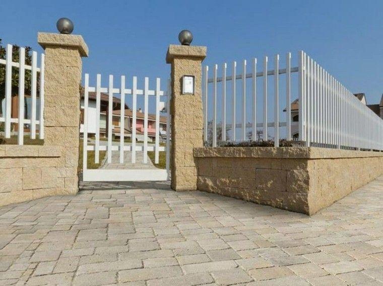 entrada a casa con puerta y valla blanca Muros y cercos