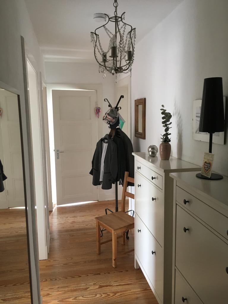 in diesem flur ist die deckenlampe ein besonderer blickf nger flur deko eingang einrichten. Black Bedroom Furniture Sets. Home Design Ideas