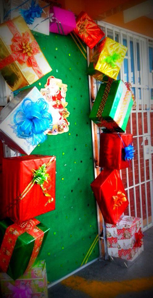 Puerta decorada del mes de diciembre navidad regaitos for Decoracion puertas navidad
