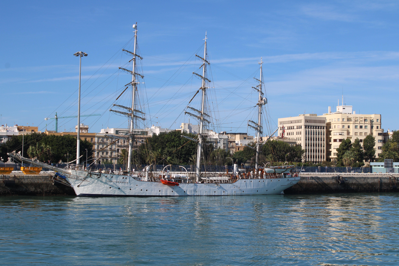 velero atracado en el puerto de Cádiz