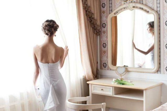 Schminktisch Mit Spiegel An Der Wand Neben Fenster