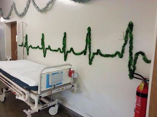 Keď zamestnanci nemocníc improvizujú pri vianočnej výzdobe – Doba Mag.