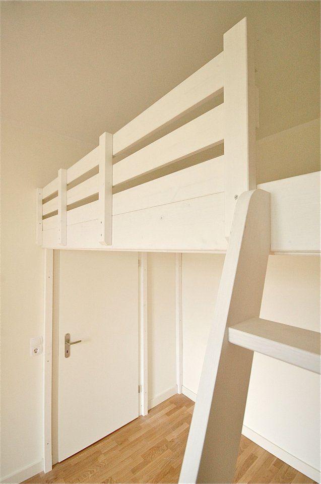 das hochbett wurde aus platzgr nden knapp ber der t r montiert die h lzer sind aus fichtenholz. Black Bedroom Furniture Sets. Home Design Ideas