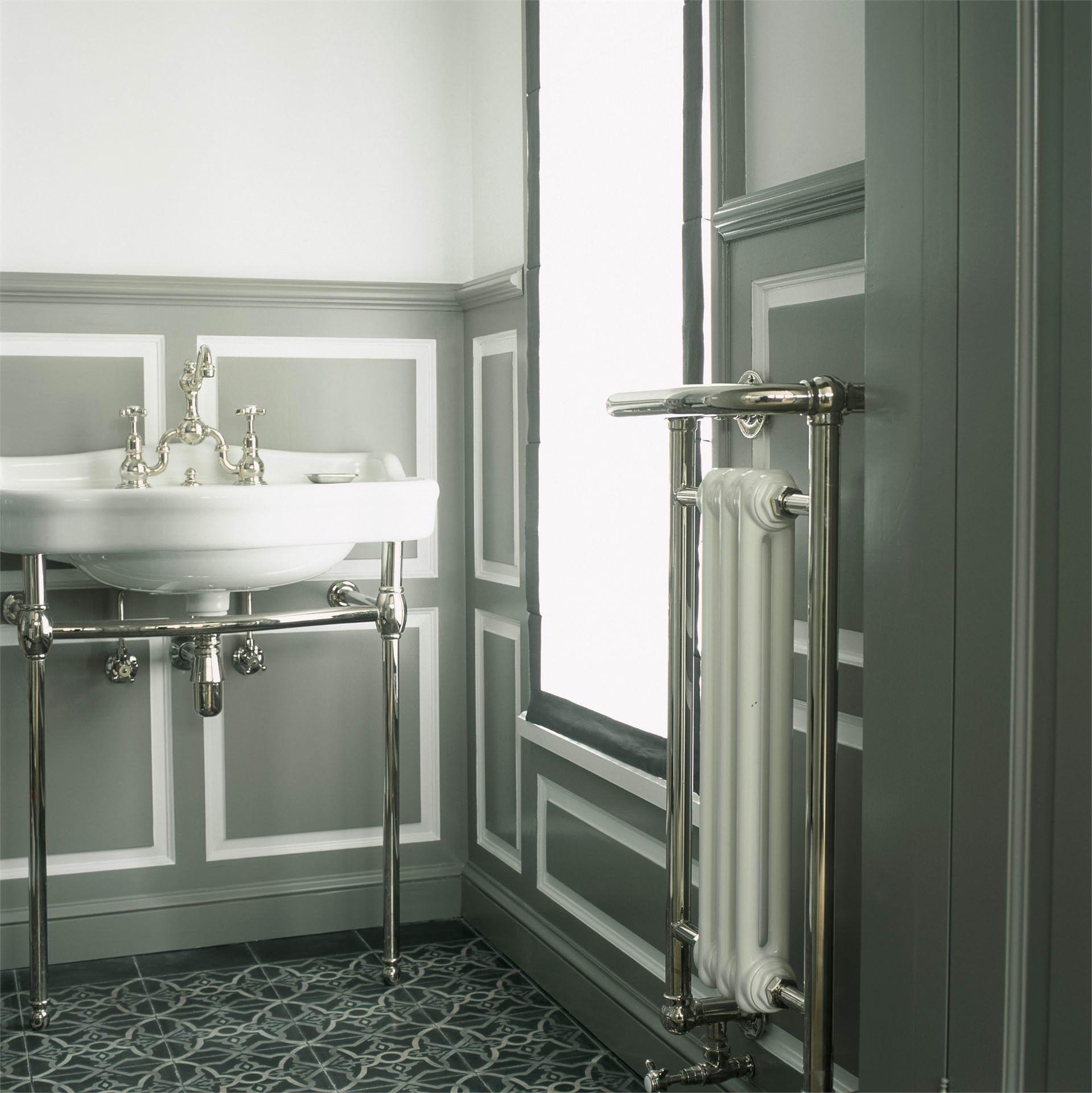 radiateur s che serviette lectrique et lavabo en porcelaine sur console c chauffage. Black Bedroom Furniture Sets. Home Design Ideas