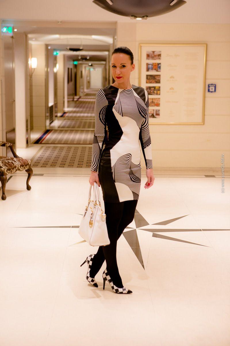 Schwarz-weisses Minikleid mit Strumpfhose und Pumps | weißes ...