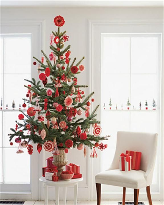 Unique And Simple Small Size Christmas Tree Decorating Ideas Red