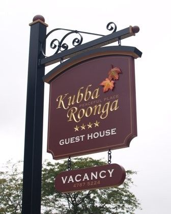 2018 年の kubba roonga guesthouse sign signs signs office
