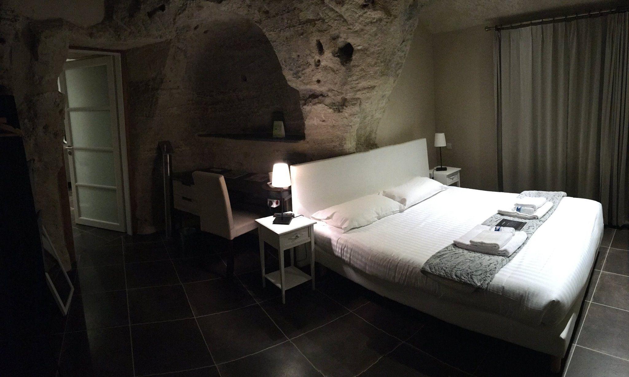 A 23 Km De Saumur Et Pres De Doue La Fontaine L Hotel Troglodyte Rocaminori Dispose De 12 Chambres Trogl Hebergement Insolite Doue La Fontaine Pays De La Loire