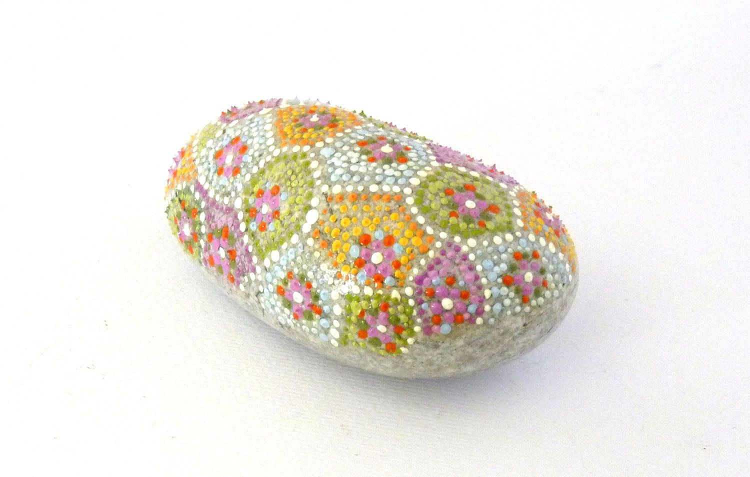 Summer turtle / Hand painted stone by Circle and the dot. €30,00, via Etsy.