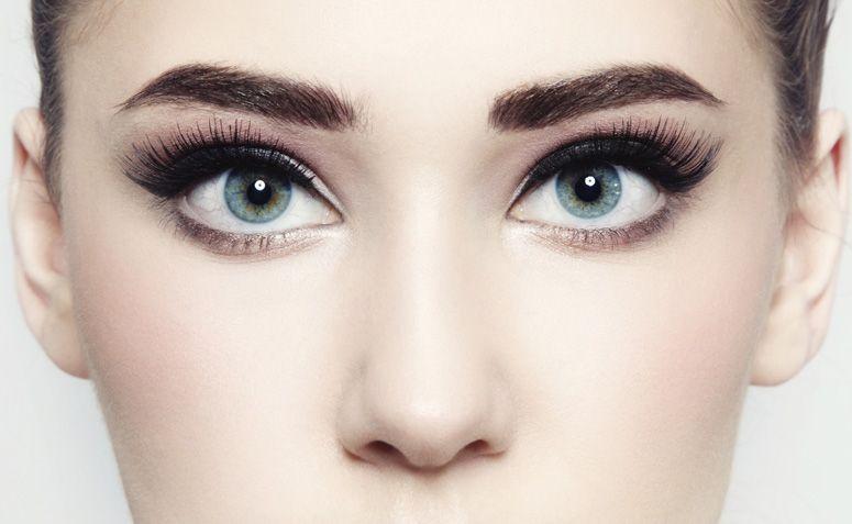 23bdf621f5627 O delineado ideal para cada formato de olho - Olhos caídos  Comece com um  traço fino na parte interna e vá engrossando na parte externa.