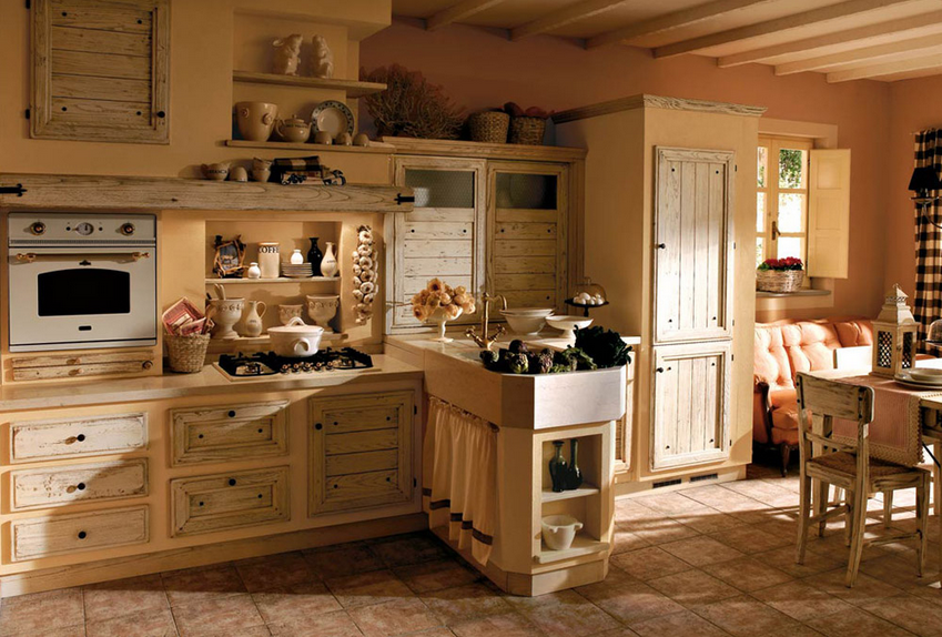 Cucina legno chiaro con divano arredamento shabby for Arredamento cucina country