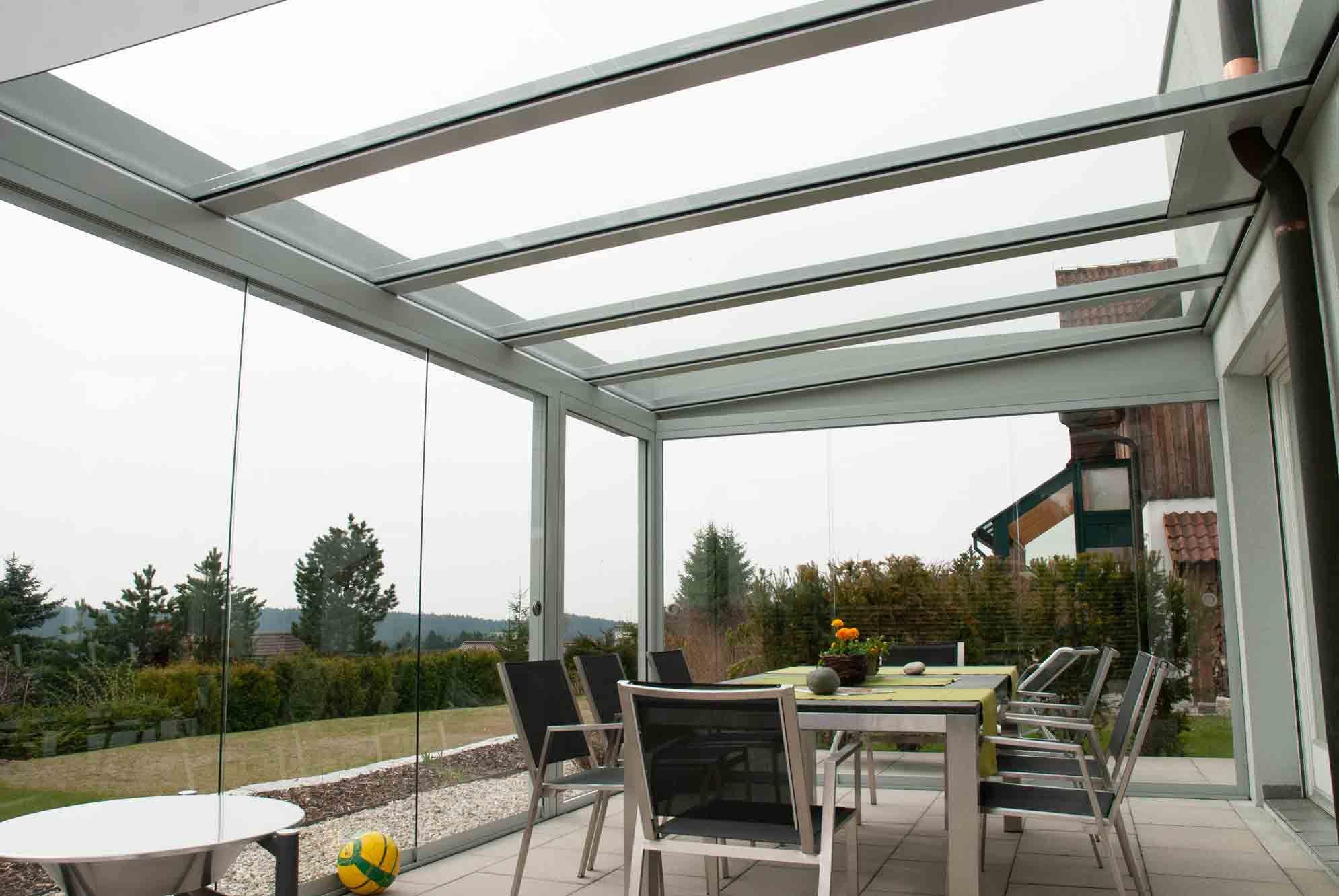 Terrassenüberdachung mit Seitenwänden aus Glas
