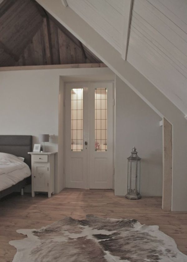 Mooie #landelijke #slaapkamer in een hoge ruimte met #puntdak. Mooie ...