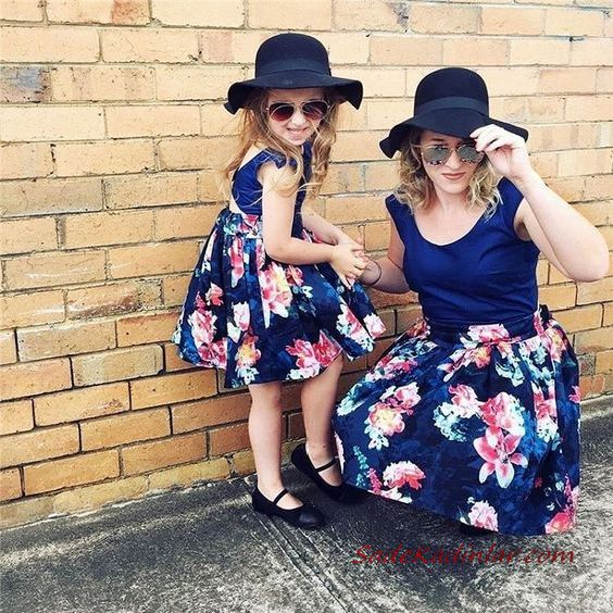 2020 Anne Kız Elbise ve Kıyafet Kombinleri Lacivert Mini Askılı Çiçek Desenli Elbise | SadeKadınlar, Kıyafet Kombinleri #moda #fashion #fashionblogger #damenmode #mode #damenoutfits #outfits #kombin #annekız #annekızelbiseleri #annekızkıyafetleri #annebebekkombin #kombinleri #kombinönerileri #outfitsoftheday #girl #kıyafetkombinleri #şıkkombinler