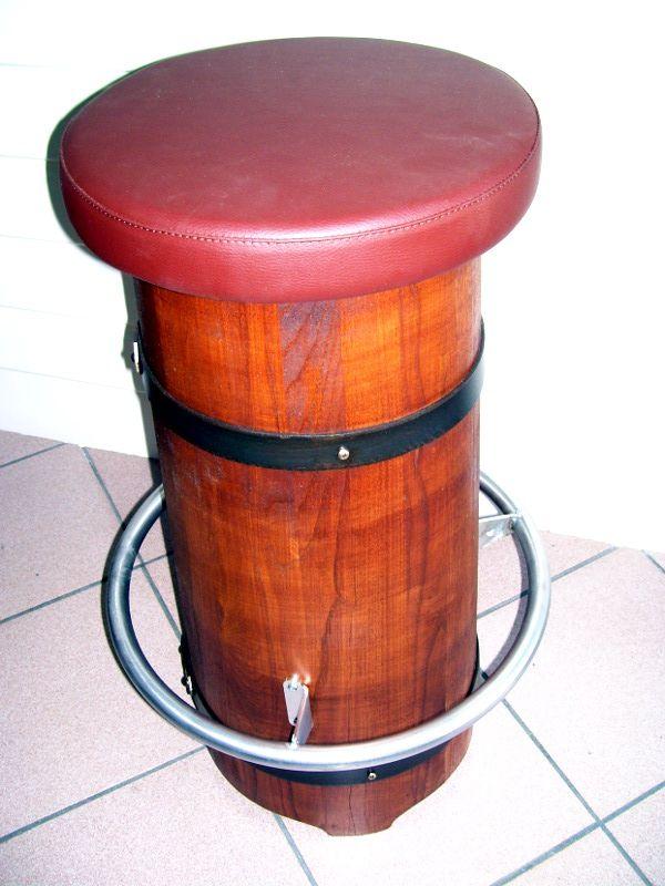 Sgabello conico con poggiapiedi e imbottitura color vinaccia