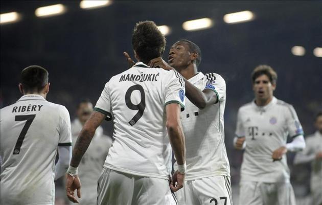 Los jugadores del Bayern Munich David Alaba (cd) y Mario Mandzukic (ci) celebran un gol ante el Viktoria Plzen durante el juego de la Liga.