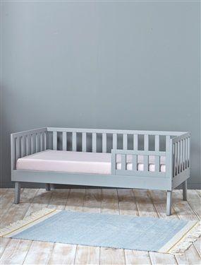 """Un petit lit en bois idéal pour passer du lit bébé au lit de """"grand"""". Peut se transformer ensuite en banquette pour une seconde vie. Un meuble déco et"""